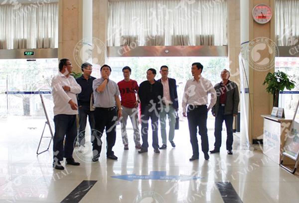 姜辉教授参观我院一楼大厅